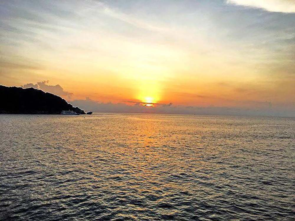 Sunset-view-from-lapat-liveaboard.jpg